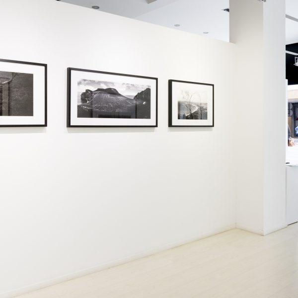 fotografia blanco y negro alvaro trabanco colgadas en pared en la galeria